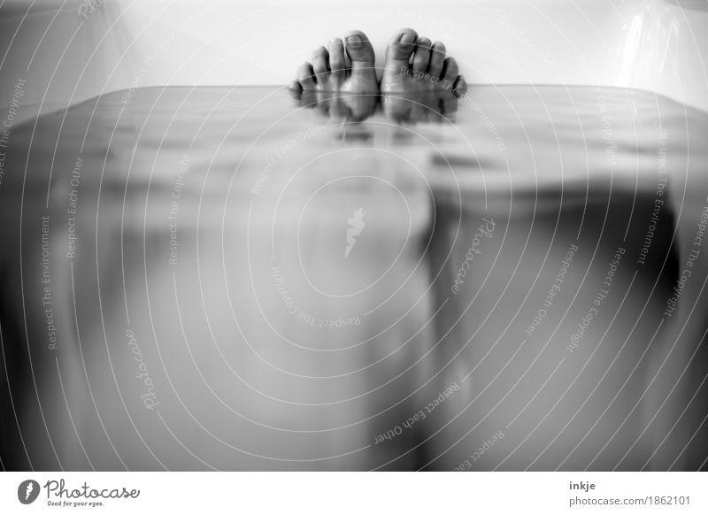 Badewanne Körperpflege Wohlgefühl Sinnesorgane Erholung ruhig Kur Spa Schwimmen & Baden feminin Leben Fuß Barfuß Frauenfuß 1 Mensch Schwarzweißfoto