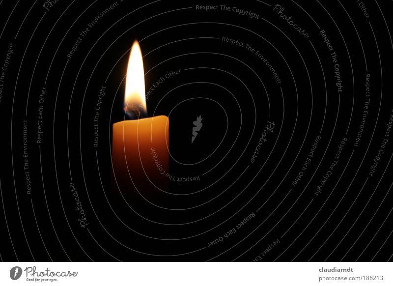 Licht, das die Nacht erhellt Trauerfeier Beerdigung Kerze Zeichen ästhetisch dunkel heiß gelb schwarz Vertrauen Geborgenheit Warmherzigkeit trösten Hoffnung