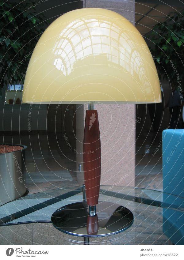Olle Lampe gelb einzeln Dinge Tisch Häusliches Leben silber Detailaufnahme Einsamkeit Langeweile