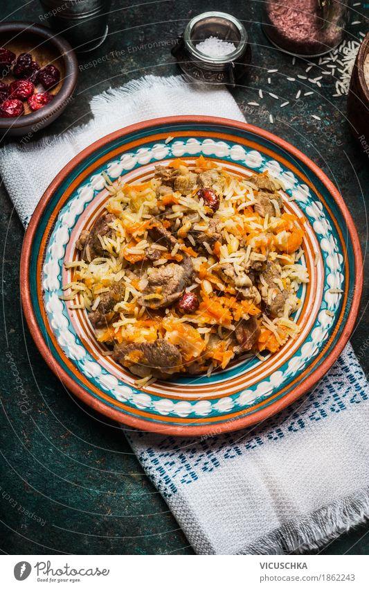 Reisgericht mit Fleisch und Gemüse, Pilaf Gesunde Ernährung dunkel Speise Foodfotografie Stil Lebensmittel Design Häusliches Leben Tisch Getreide Restaurant