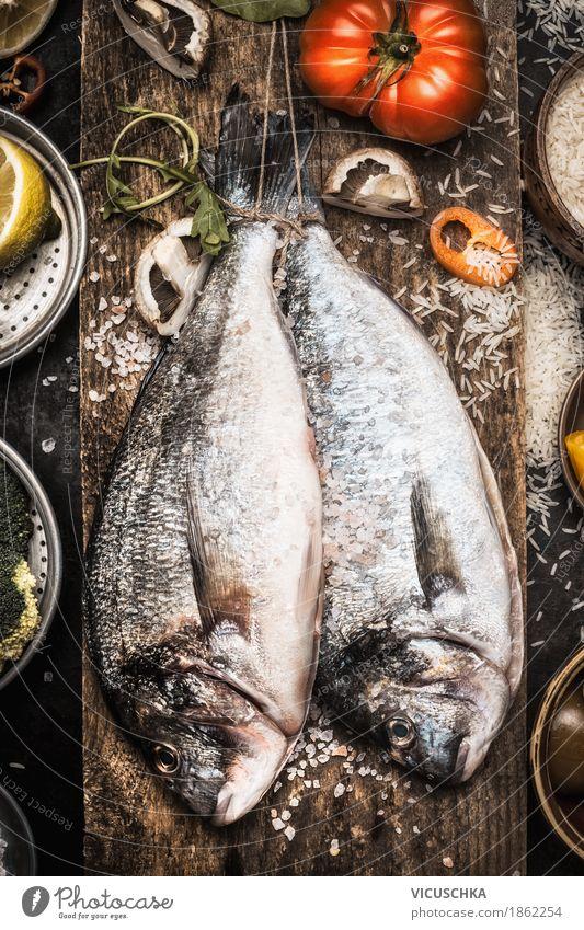 Zwei Dorado Fische mit Kochzutaten Lebensmittel Gemüse Kräuter & Gewürze Öl Ernährung Mittagessen Abendessen Festessen Bioprodukte Vegetarische Ernährung Diät