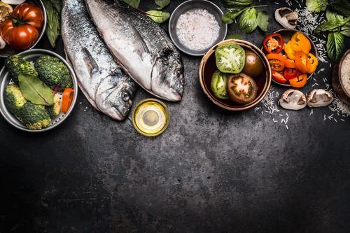 Gesundes Essen mit Dorado Fisch und Gemüse Lebensmittel Kräuter & Gewürze Öl Ernährung Mittagessen Abendessen Festessen Bioprodukte Vegetarische Ernährung Diät