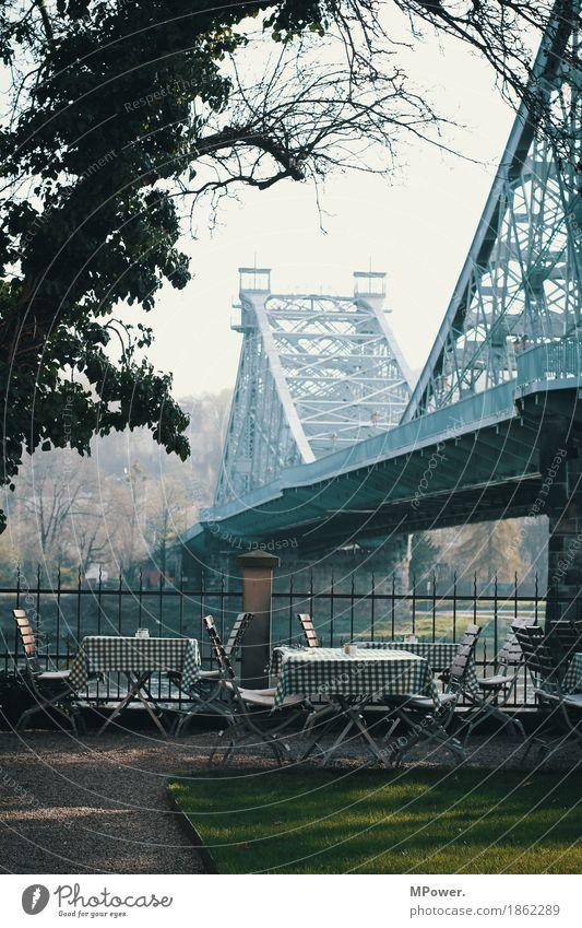 blaues wunder Stadt Hauptstadt Verkehrswege alt Brücke Café Restaurant Biergarten Aussicht Stahlbrücke Elbe Dresden Tisch Straße Sehenswürdigkeit Farbfoto