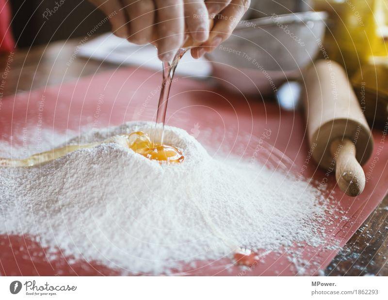 mehl & ei Lebensmittel Süßwaren Ernährung Arbeit & Erwerbstätigkeit backen Mehl Ei Bäcker Handarbeit Nudelholz Eigelb Farbfoto Innenaufnahme Nahaufnahme