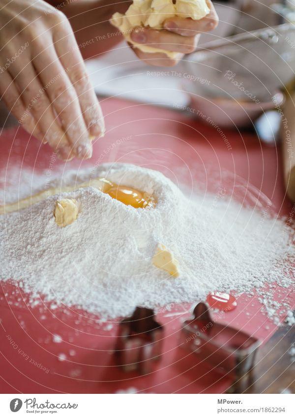mehl & ei & butter Hand Lebensmittel Arbeit & Erwerbstätigkeit Ernährung Finger Teigwaren Handarbeit Mehl Weihnachtsgebäck Bäcker Butter Eigelb backen Ausstechform Ei