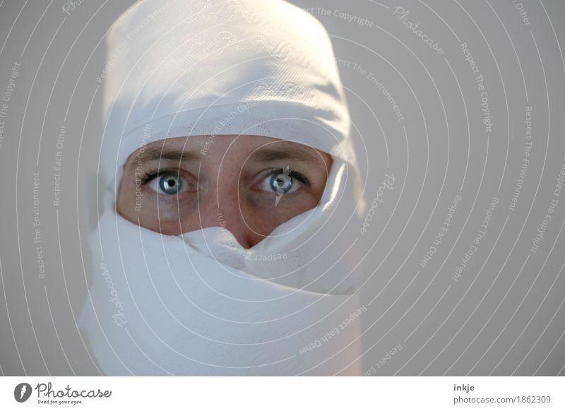 Ritter der Weißheit Lifestyle Freizeit & Hobby feminin Frau Erwachsene Leben Gesicht Auge 1 Mensch Maske Schal Tuch Helm Toilettenpapier Blick außergewöhnlich