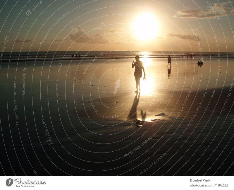 Abendspaziergang Frau Mensch Wasser Meer Sommer Ferien & Urlaub & Reisen Erholung feminin Wärme Sand Erwachsene Sonnenuntergang Gelassenheit entdecken Bali exotisch