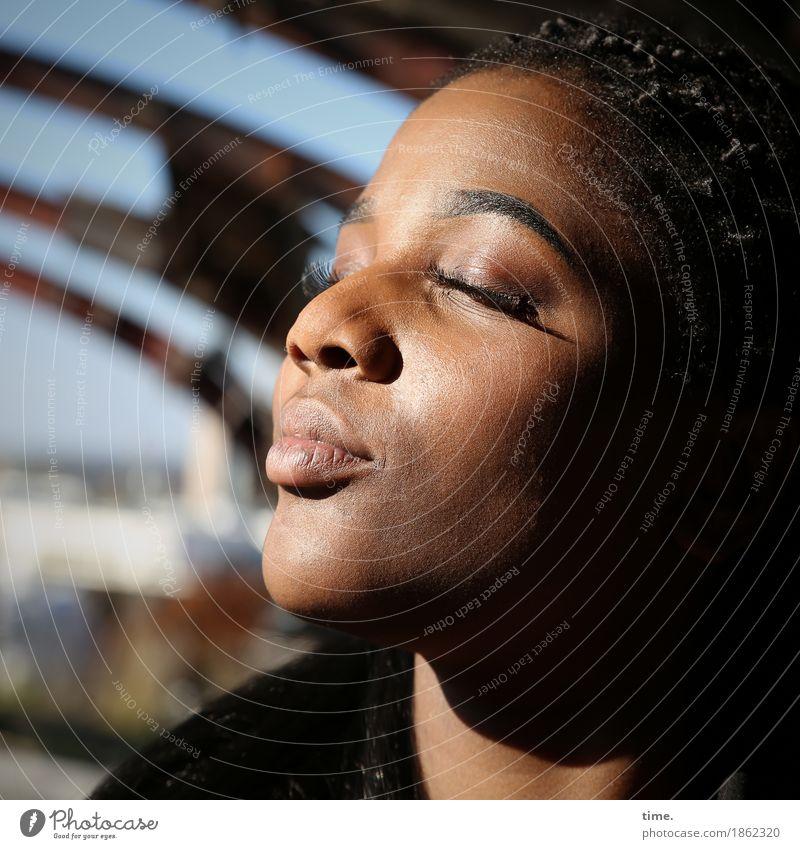 Sonia feminin 1 Mensch Ruine Jacke Haare & Frisuren schwarzhaarig langhaarig Rastalocken Erholung genießen authentisch Glück schön Wärme Zufriedenheit