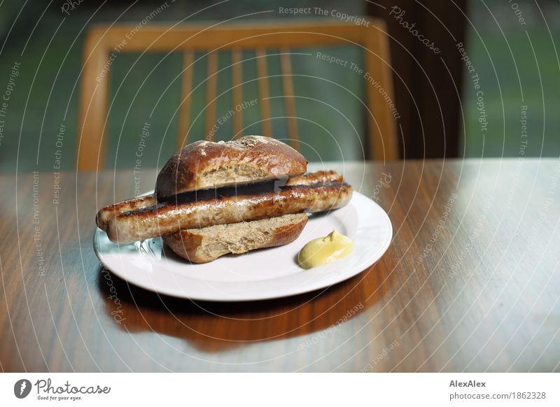 Portrait von einem Bratwurstbrötchen Lebensmittel Fleisch Wurstwaren Teigwaren Backwaren Brötchen Senf Würstchen lecker Mittagessen Abendessen Fingerfood