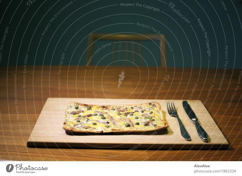 Flammkuchen Lebensmittel Fisch Käse Teigwaren Backwaren überbacken Kapern Besteck Messer Gabel Schneidebrett Holzbrett Holztisch Furnier Stuhl Holzstuhl Wohnung
