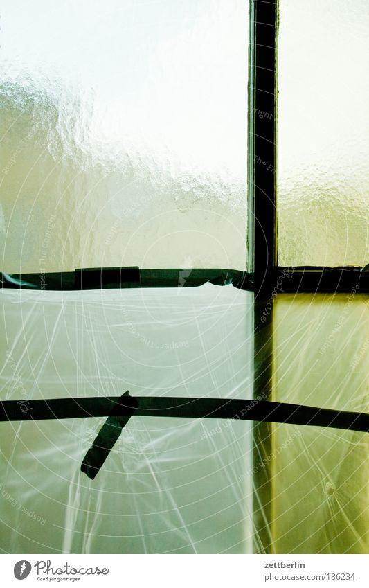 Folie vorm Fenster Fenster Wohnung Häusliches Leben Klarheit Mensch durchsichtig Fensterscheibe Renovieren Scheibe Treppenhaus Gesetze und Verordnungen Mieter trüb Vermieter Folie Modernisierung