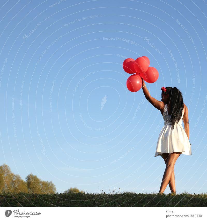 . feminin Frau Erwachsene 1 Mensch Himmel Wolkenloser Himmel Herbst Schönes Wetter Wiese Kleid Schmuck schwarzhaarig langhaarig Luftballon Bewegung gehen stehen
