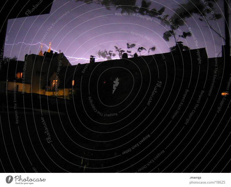 Querschläger Unwetter Wind Sturm Blitze Haus dunkel Gefühle blitzen quer dramatisch Außenaufnahme Nacht Langzeitbelichtung Blitzschlag unheimlich Elektrizität