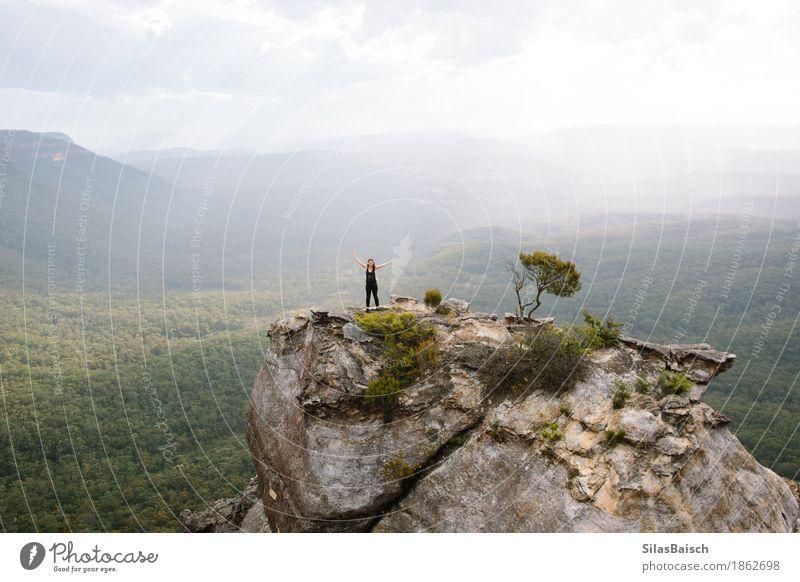 Mensch Natur Ferien & Urlaub & Reisen Jugendliche Junge Frau Landschaft Freude Ferne Wald Berge u. Gebirge Reisefotografie Lifestyle Freiheit Freizeit & Hobby