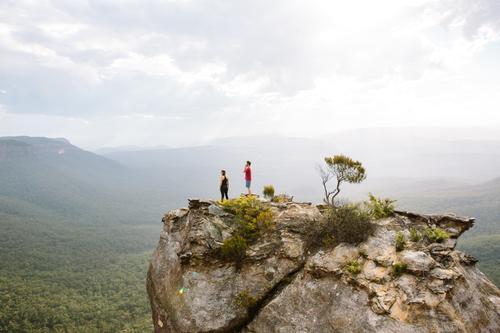 In den blauen Bergen wandern Mensch Natur Ferien & Urlaub & Reisen Landschaft Freude Ferne Berge u. Gebirge Leben Lifestyle Freiheit Paar Felsen Freundschaft