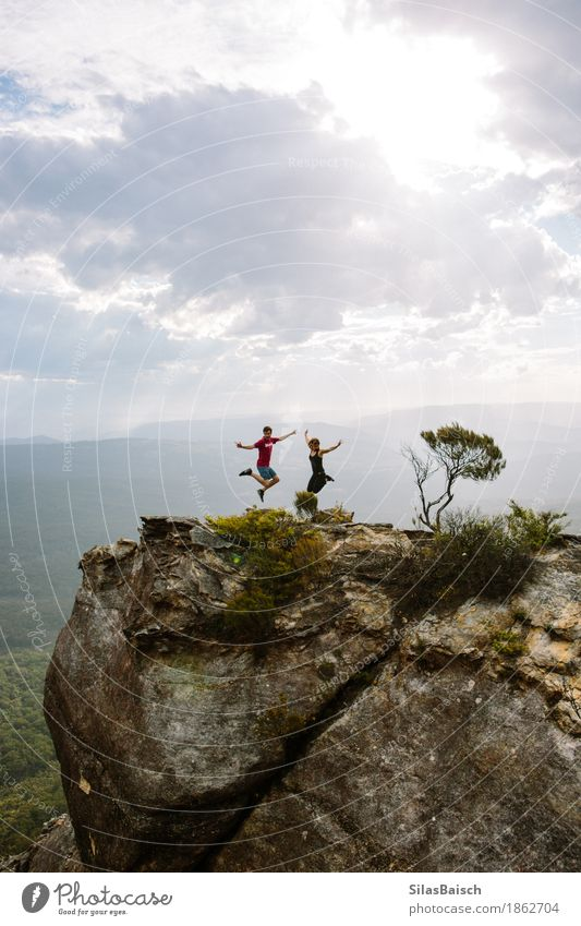 Wandern Mensch Ferien & Urlaub & Reisen Jugendliche Wolken Freude Ferne Wald Berge u. Gebirge Senior Lifestyle Glück Freiheit Paar Felsen Tourismus Freundschaft