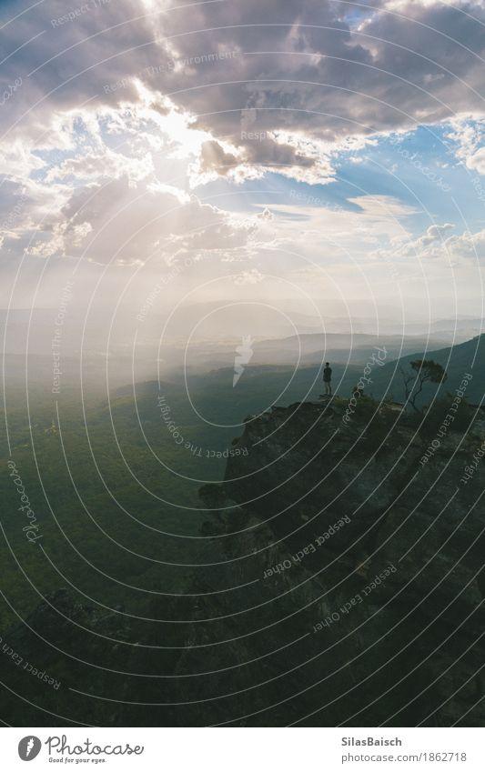 Natur Ferien & Urlaub & Reisen Jugendliche Junger Mann Landschaft Wolken Ferne Berge u. Gebirge Leben Gefühle Lifestyle Freiheit Felsen Ausflug wandern Fröhlichkeit