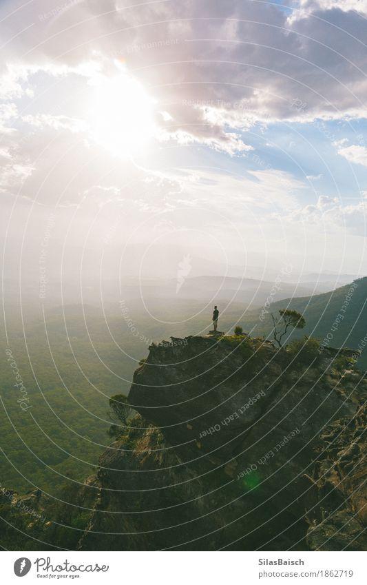 Natur Ferien & Urlaub & Reisen Jugendliche Junger Mann Landschaft Freude Ferne Wald 18-30 Jahre Berge u. Gebirge Erwachsene Freiheit Felsen Freizeit & Hobby