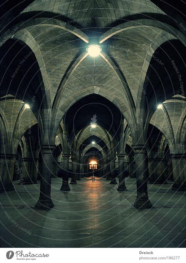 (you're) welcome alt dunkel grau Stein Gebäude Architektur bedrohlich Licht gruselig Burg oder Schloss Tor Bauwerk historisch bauen Tür