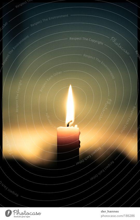ein lichtlein brennt, erst 1 dann... blau rot gelb Gefühle Wärme Kraft Innenarchitektur natürlich Dekoration & Verzierung leuchten Romantik Kerze Warmherzigkeit