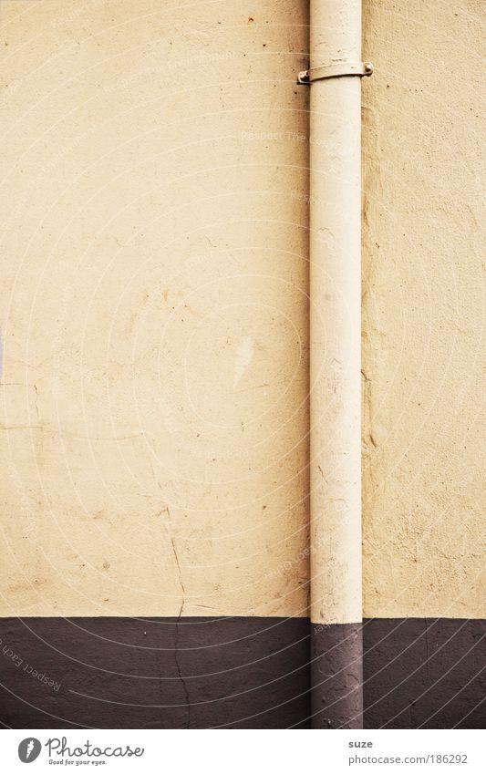 Eine lange Dürre Wand Mauer Gebäude Linie Fassade authentisch Teilung Röhren graphisch Dachrinne Grafische Darstellung Regenrinne Abwasser Fallrohr