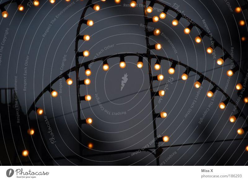Lichtlein Nachtleben Feste & Feiern Jahrmarkt Fassade hängen leuchten dunkel glänzend Energie Stimmung Lichterkette Elektrizität Stromverbrauch Glühbirne