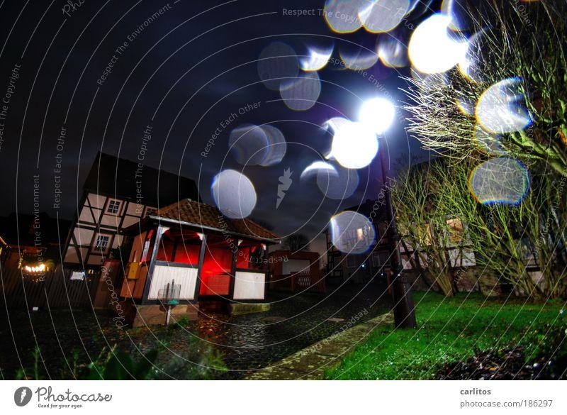 und wenn das rote Lichtlein brennt ...... Wassertropfen Nachthimmel Herbst schlechtes Wetter Regen Dorf Fachwerkhaus Bushaltestelle Wartehäuschen