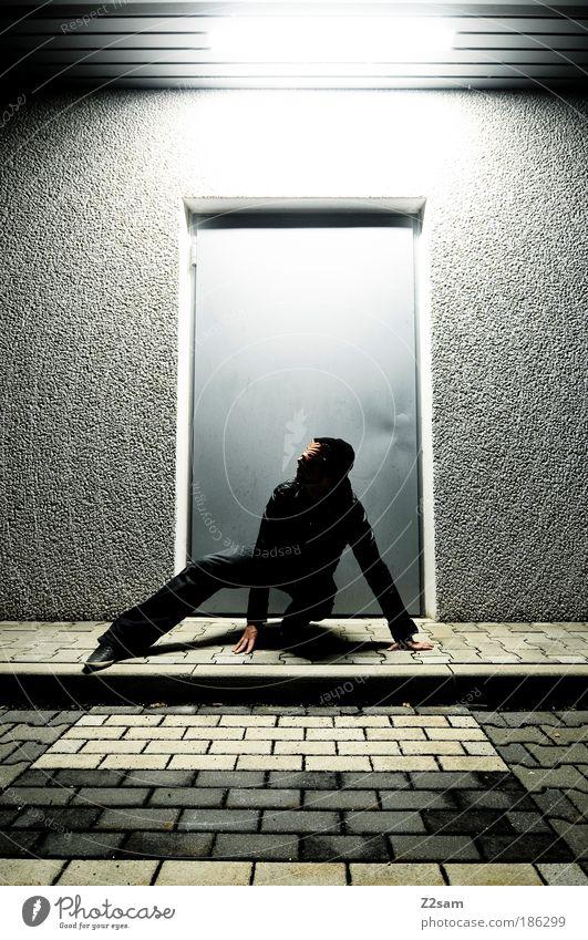 katzenjammer maskulin Sträucher Tür Jeanshose Jacke Leder stehen ästhetisch außergewöhnlich Coolness dunkel einzigartig rebellisch trashig selbstbewußt