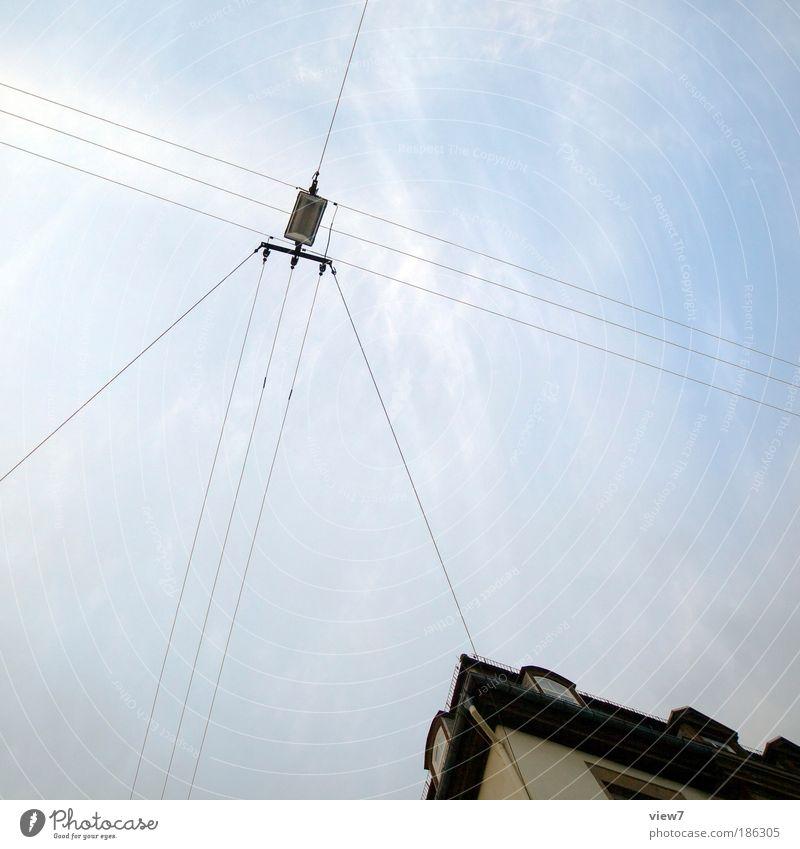 Lichtleitung alt Himmel Wolken Einsamkeit Ferne dunkel oben Linie Metall elegant hoch modern Energiewirtschaft Ordnung authentisch dünn