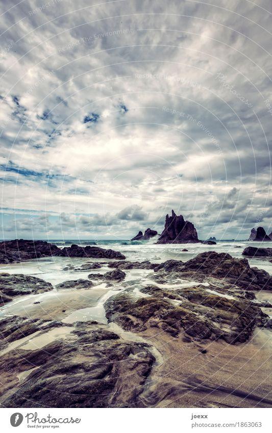 Steine und Wege Ferne Wellen Natur Landschaft Himmel Wolken Schönes Wetter Felsen Küste Strand Insel Teneriffa Spanien ästhetisch bedrohlich Unendlichkeit blau
