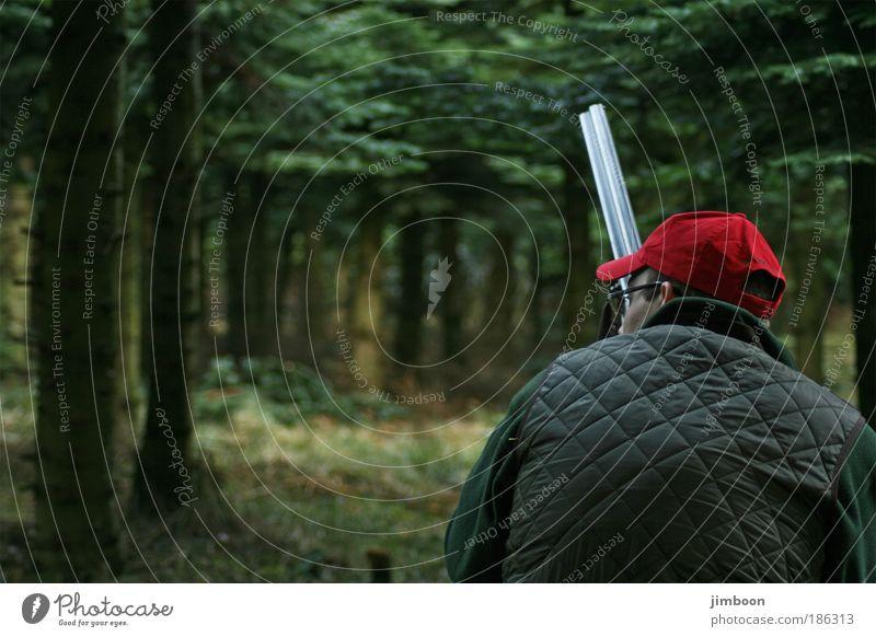 Auf der Jagd Mensch Mann Natur grün Baum rot ruhig schwarz Einsamkeit Erwachsene Wald Herbst dunkel Gefühle Kopf Denken
