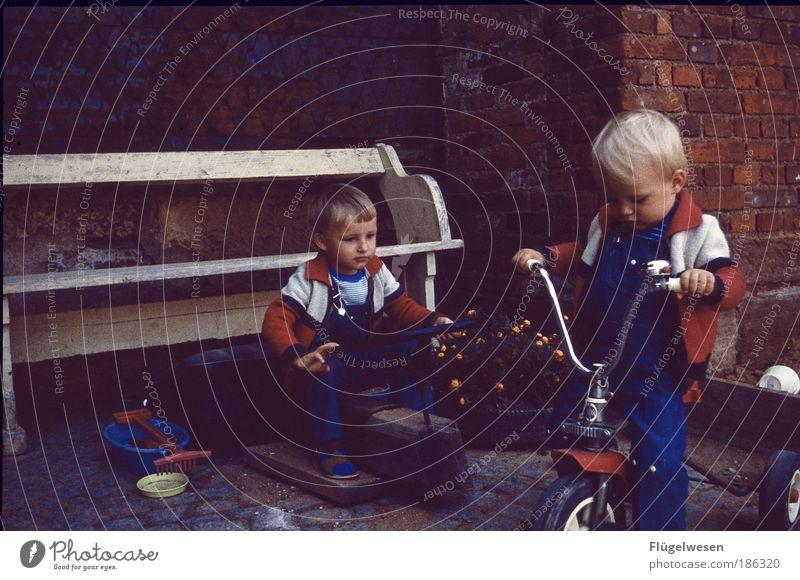 Auf Schuhmachers Hof II Mensch Spielen Junge Mauer Kindheit Freizeit & Hobby Geschwindigkeit Lifestyle Coolness fahren Bank Kind Fahrradfahren Kindererziehung Kleinmotorrad Autorennen