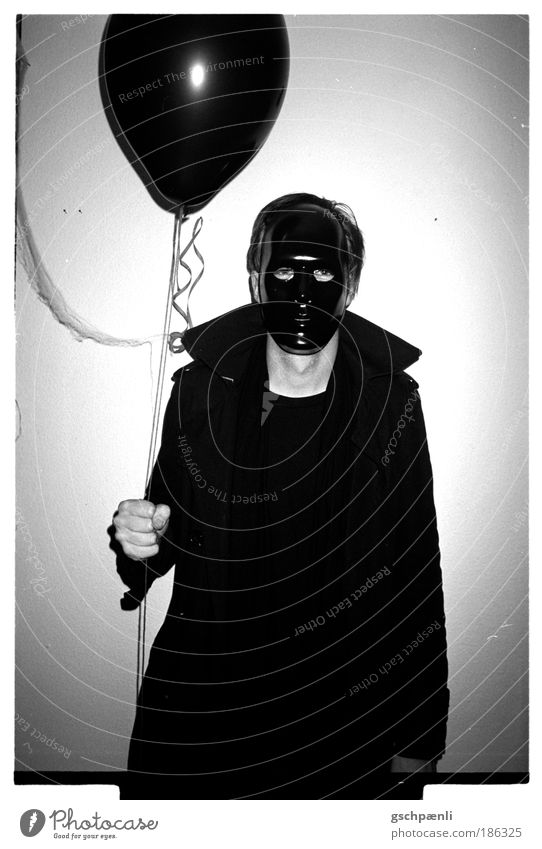 scared of the black man Mensch Mann weiß schwarz dunkel träumen Angst Kunst Erwachsene Nacht 1 gefährlich Luftballon bedrohlich Maske Karneval