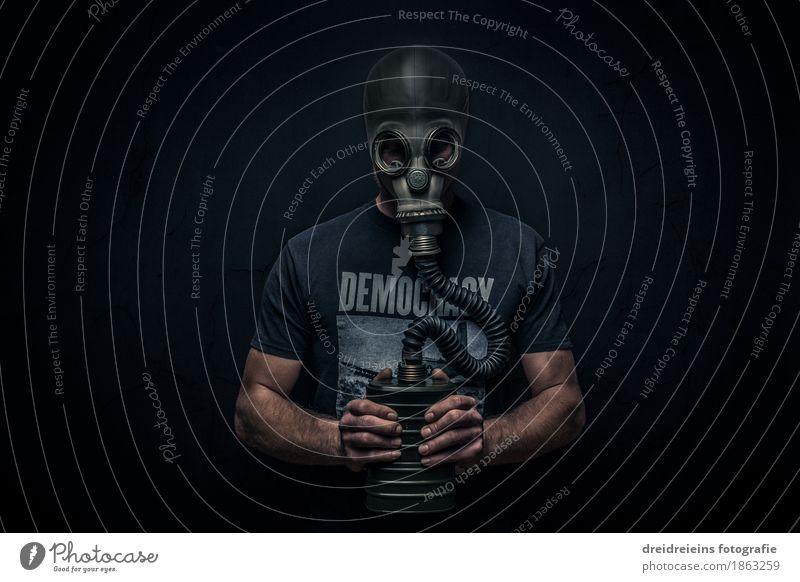 Gasmake Mensch Mann Einsamkeit dunkel Erwachsene kalt maskulin Angst stehen gefährlich beobachten bedrohlich Sehnsucht Schmerz Gewalt Krieg