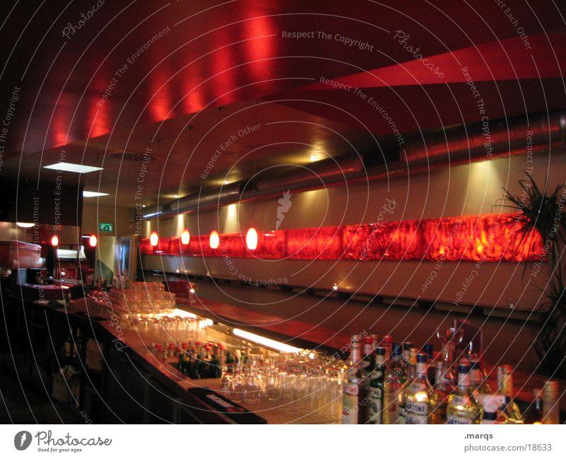 Bar Theke rot aufräumen Alkohol Stil Trinkgefäß Glas Beleuchtung Reflexion & Spiegelung dunkel Innenaufnahme Menschenleer viele