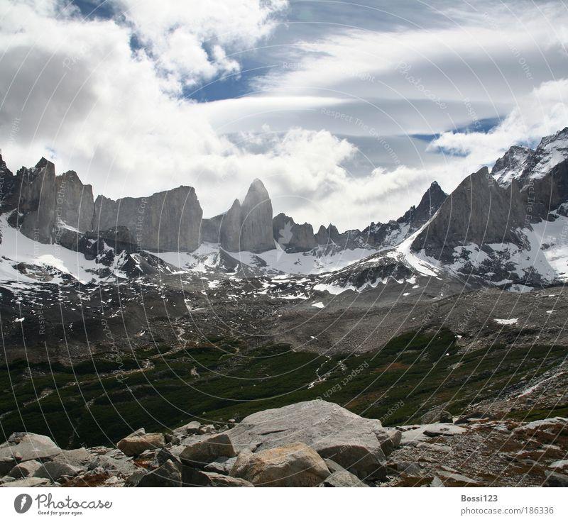 Patagonien03 Himmel blau Sommer Wolken Berge u. Gebirge grau Stein Landschaft Luft Kraft Wetter Felsen Unendlichkeit Gipfel Fernweh eckig