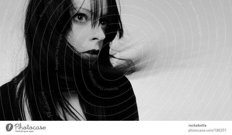 näherungsflucht. feminin Junge Frau Jugendliche Erwachsene Denken Blick träumen ästhetisch wild Gefühle Leidenschaft Leben Starrer Blick beobachten
