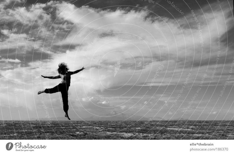 ... juMpiNG ... Mensch Himmel weiß Wolken schwarz Leben Bewegung Sand Stimmung Schwarzweißfoto Freizeit & Hobby ästhetisch verrückt Lifestyle Wüste Schatten