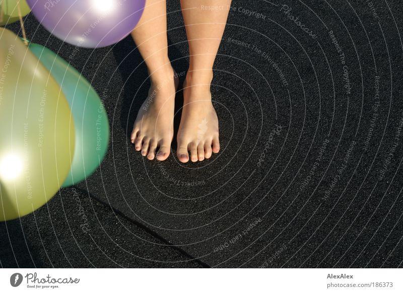 ... wieder gelandet Mensch feminin Junge Frau Jugendliche Beine Fuß 1 18-30 Jahre Erwachsene Schönes Wetter Haus Dach Barfuß Luftballon stehen ästhetisch schön