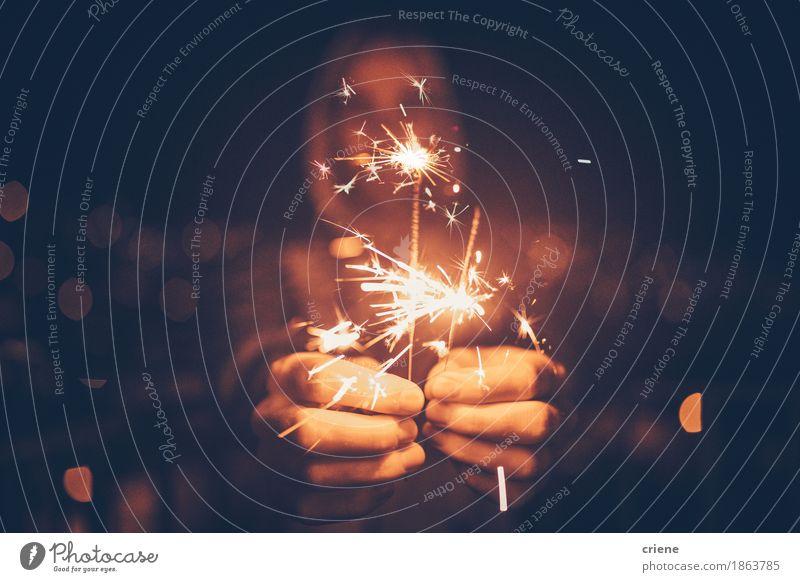 Mann, der Wunderkerzen in seinen Händen feiern Silvester hält Lifestyle Dekoration & Verzierung Nachtleben Entertainment Party Veranstaltung ausgehen