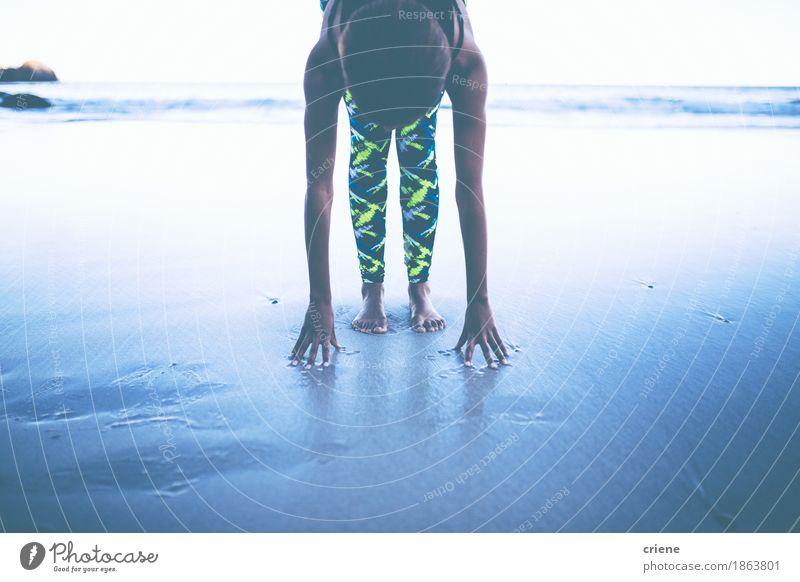 Junge afrikanische Frauen, die Yogaübung auf Strand tun Meer ruhig Erwachsene Freiheit Gesundheitswesen Sand nachdenklich Körper Aktion Arme Fitness Wellness
