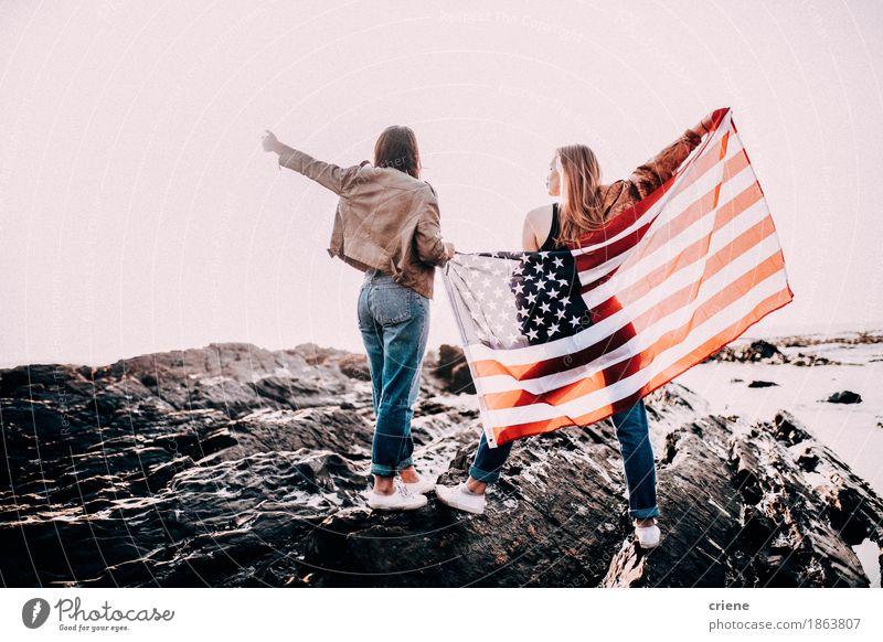 Jugendlichen, die mit USA-Flagge zujubeln Frau Ferien & Urlaub & Reisen Sommer Junge Frau Meer Freude Strand Erwachsene Lifestyle Freiheit Feste & Feiern Felsen
