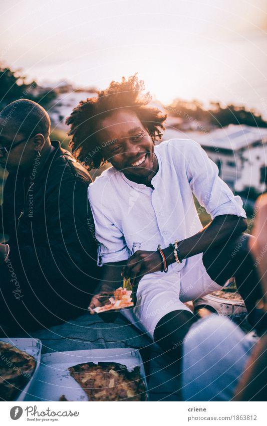 Jugendliche Junger Mann Freude Essen Lifestyle lachen Freiheit Party Menschengruppe Zusammensein Freundschaft sitzen Lächeln Abendessen ungesund Pizza