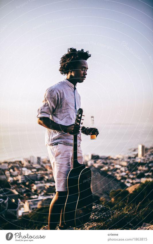 Afrikanische junge Männer mit Gitarre und Bier Party an der im Freien Mensch Ferien & Urlaub & Reisen Jugendliche Sommer Junger Mann Erholung Freude Lifestyle