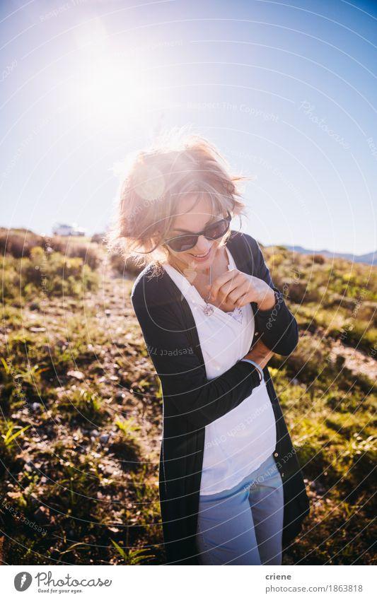 glückliche reife Frauen, die Natur im Feiertag genießen Mensch Ferien & Urlaub & Reisen alt Sommer Freude Erwachsene Gefühle Senior Lifestyle feminin lachen