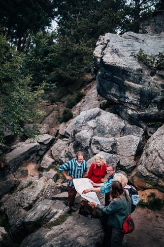 Gruppe Wanderer, die in der Karte schauen Lifestyle Freude sportlich Leben Erholung Freizeit & Hobby Ferien & Urlaub & Reisen Tourismus Ausflug Abenteuer
