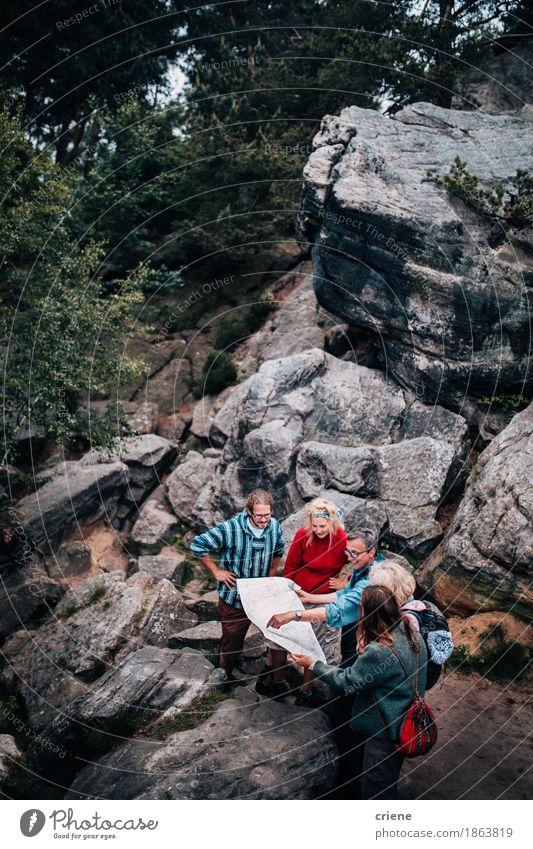 Gruppe Wanderer, die in der Karte schauen Mensch Frau Natur Ferien & Urlaub & Reisen Jugendliche Mann alt Junge Frau Junger Mann Landschaft Erholung Freude Wald