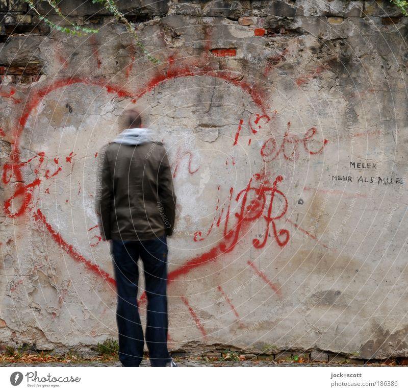 ick liebe dir glaub es mir Mensch Mann Erwachsene Wand Traurigkeit Liebe Graffiti Bewegung Mauer trist stehen Herz kaputt Romantik Sehnsucht Jacke