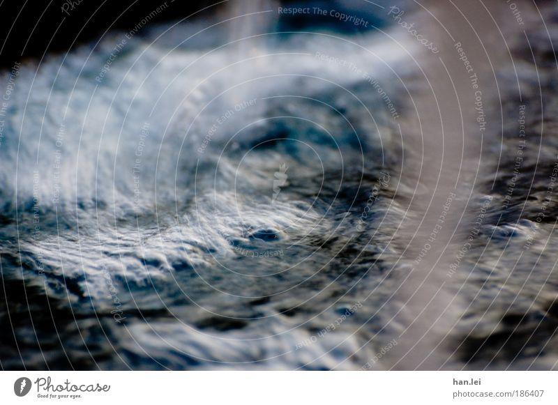 Brunnen Wasser blau schwarz kalt Herbst Wellen Wassertropfen Fluss tauchen Flüssigkeit Luftblase Schaum Wasserstrahl schäumen