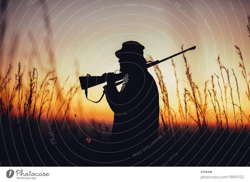 Jäger, der Schrotflinte auf Schulter hält und Land beobachtet Fleisch Lifestyle Jagd Sommer Sport Mann Erwachsene Männlicher Senior Natur Wärme Gras Wiese Feld